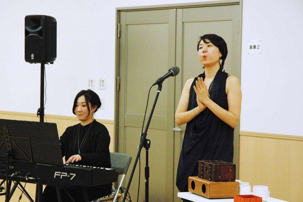 心に響く口笛の音色で観客を楽しませた柴田晶子さん(右)
