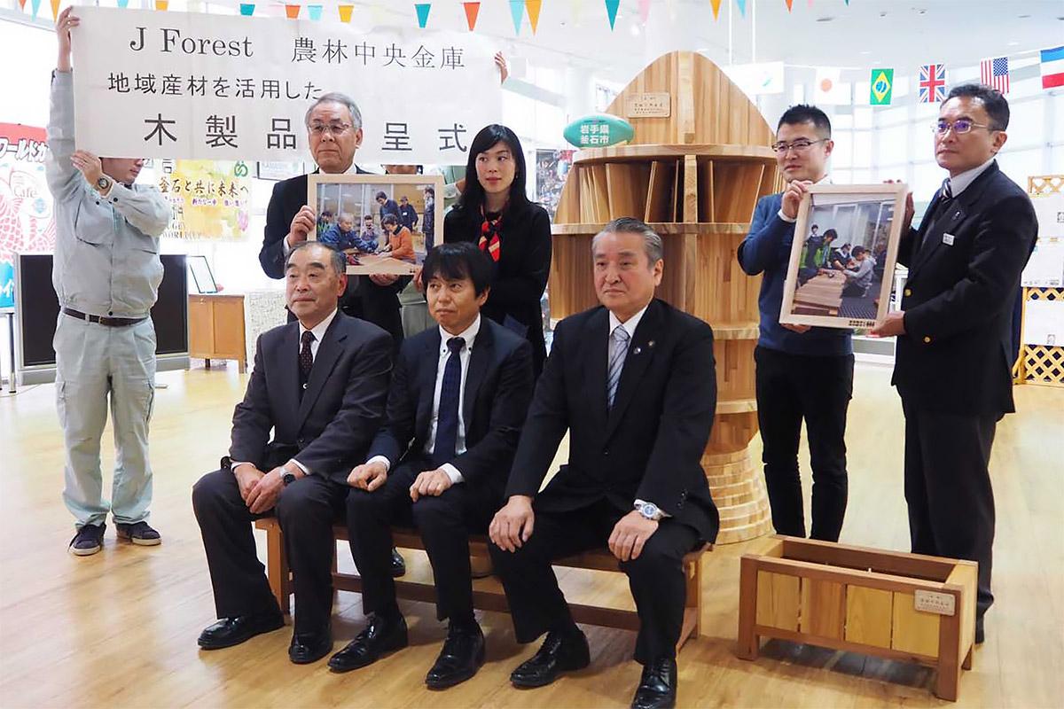 地域産材を使った木製品の贈呈式