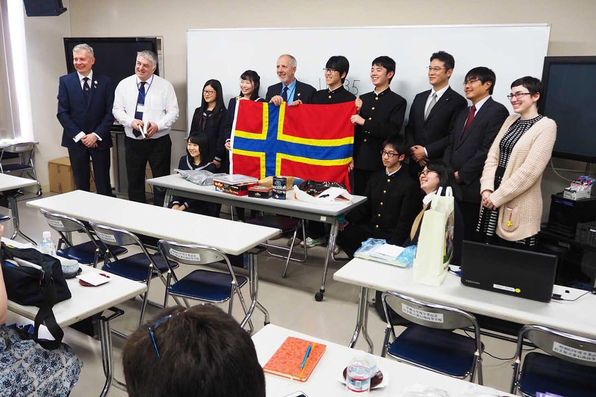釜石高を訪れたスコットランド教育関係者。昨年のオークニー研修に参加した生徒6人と交流を深めた