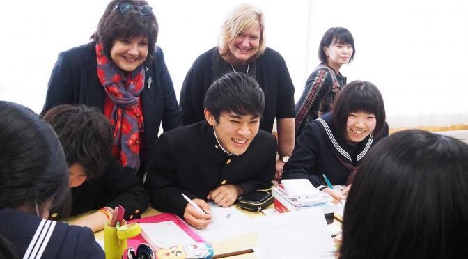懸命に言葉を伝えようとする生徒に向けられた、たくさんの笑顔