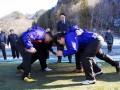 スクラムを組み、釜石鵜住居復興スタジアムに敷く芝生の感触を確かめる釜石SWの選手ら