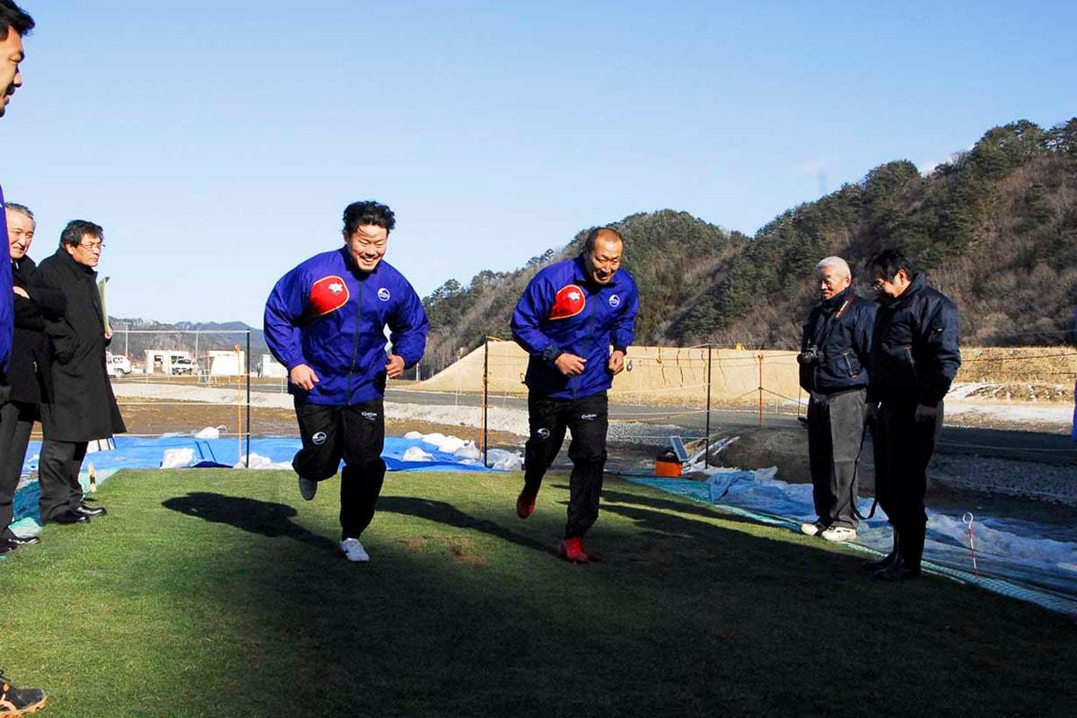試験場の芝生の上でダッシュを繰り返す釜石SWの伊藤剛臣選手(右)と中野裕太選手