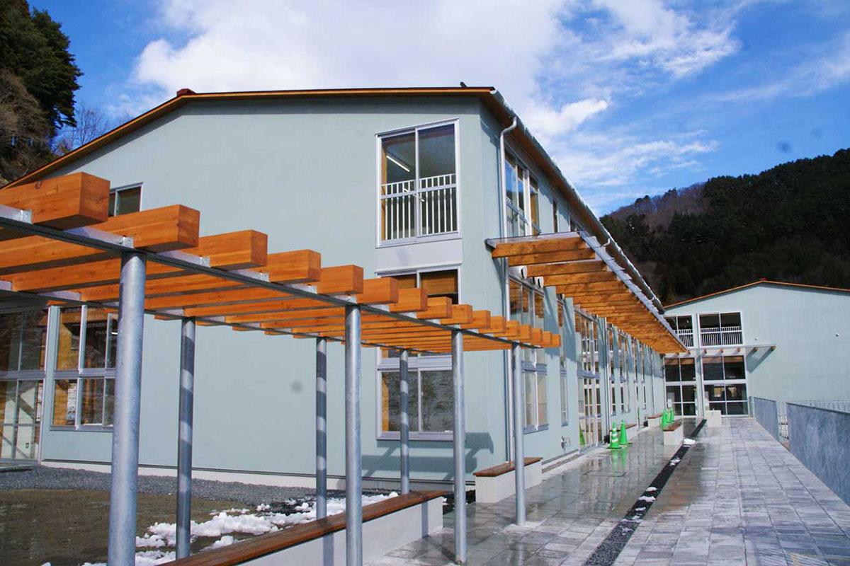 学校が入る棟4の外観。棟と棟は渡り廊下でつながれる
