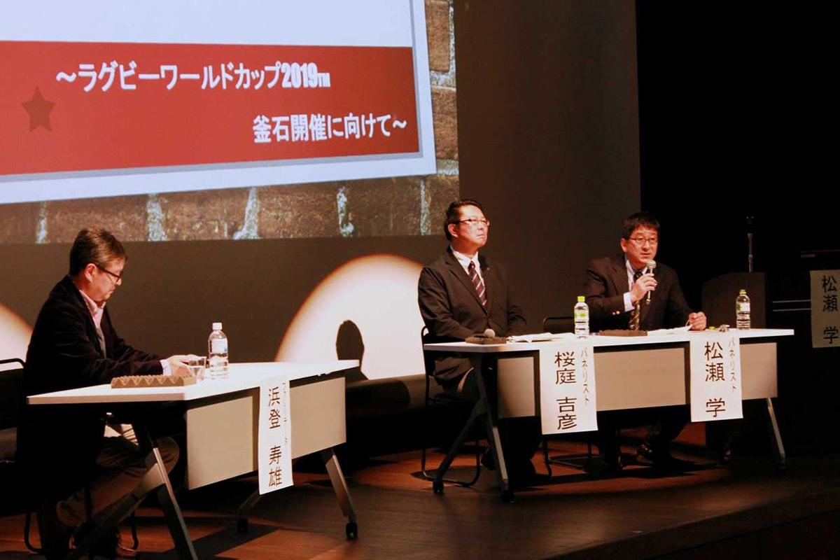 討論する松瀬さん(右)と桜庭さん(中)