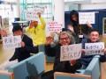 ラグビーカフェからエールを交換する釜石市民