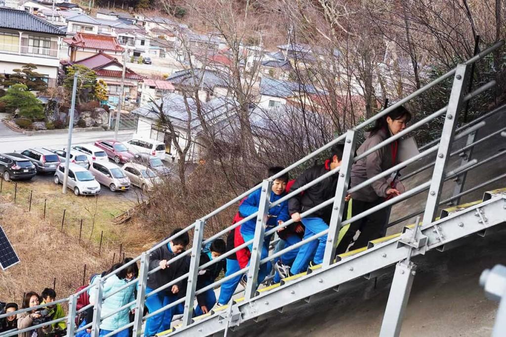 津波避難階段を懸命に上がり、避難する鵜住居小児童。命を守る行動を体験しながら確認した