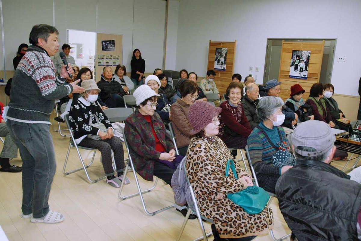 運動会や祭りの映像を見て古里の思い出を共有する地域住民ら
