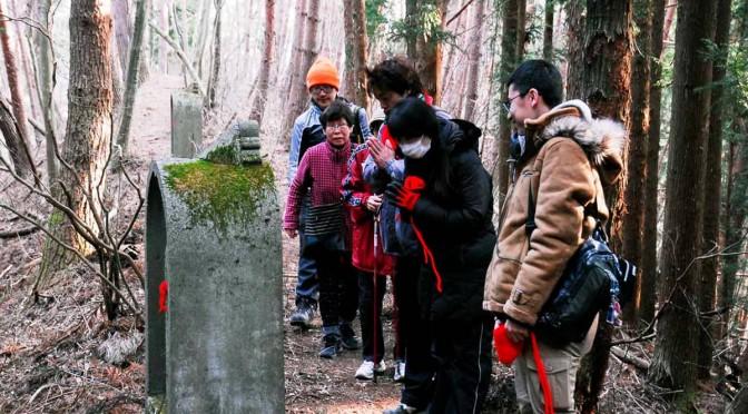 山林内にある八十八ヶ所の石仏を巡礼するボランティアら
