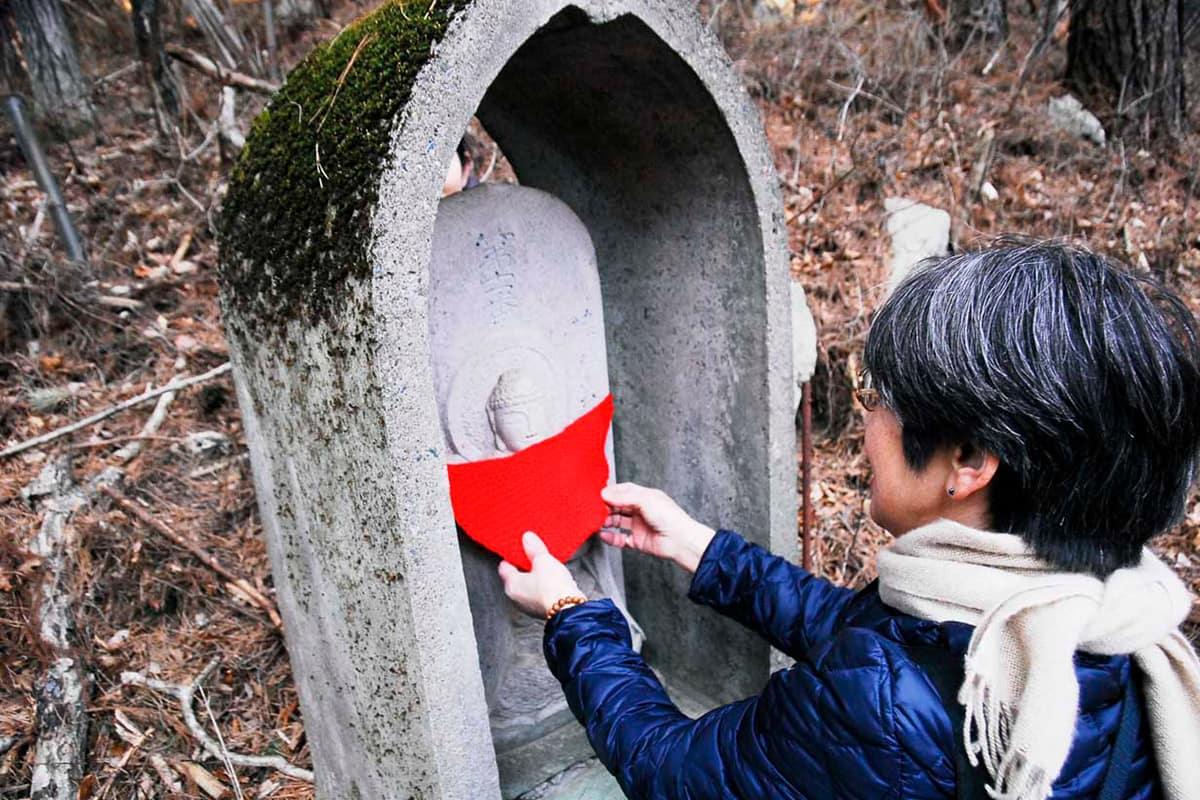 北海道の安友キクさんから贈られた「よだれかけ」を奉納