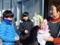 学区内のお年寄りにヒヤシンスの花を贈る白山小児童