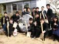 卒業する釜石高ナイン。甲子園出場の記念碑を囲んで