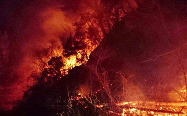 燃え広がる山林火災