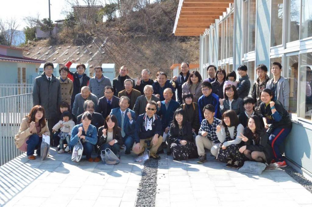 大震災後に唐丹小・中学校で苦楽を共にした卒業生、教員、住民が新校舎を見学