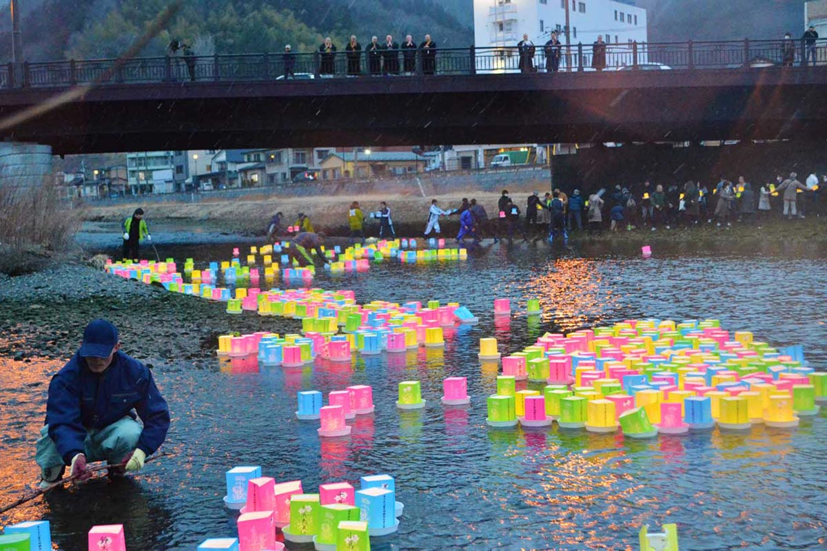 1200個の灯籠が川を下った=午後5時半ごろ、大渡町の甲子川