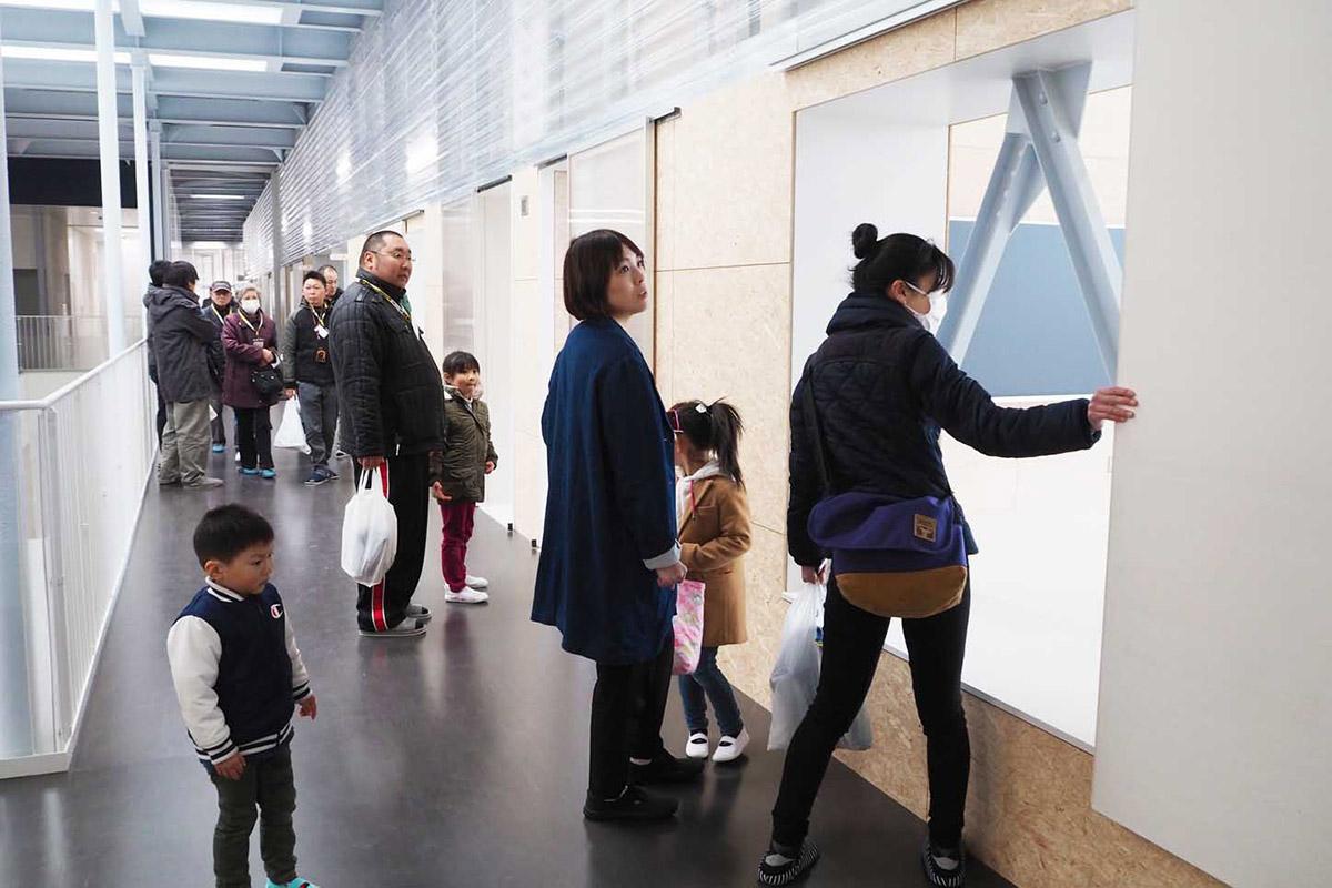 待ちに待った校舎の見学に訪れた大勢の地域住民。明るく広々とした教室に新生活への期待を膨らませた