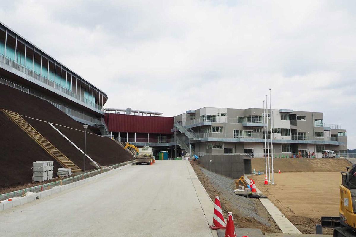 新校舎の外観。左側に入る中学校と右側の小学校を中央の階段棟がつなぐ