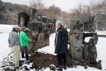 見学者の受け入れを再開した橋野鉄鉱山高炉場跡=1日、三番高炉跡