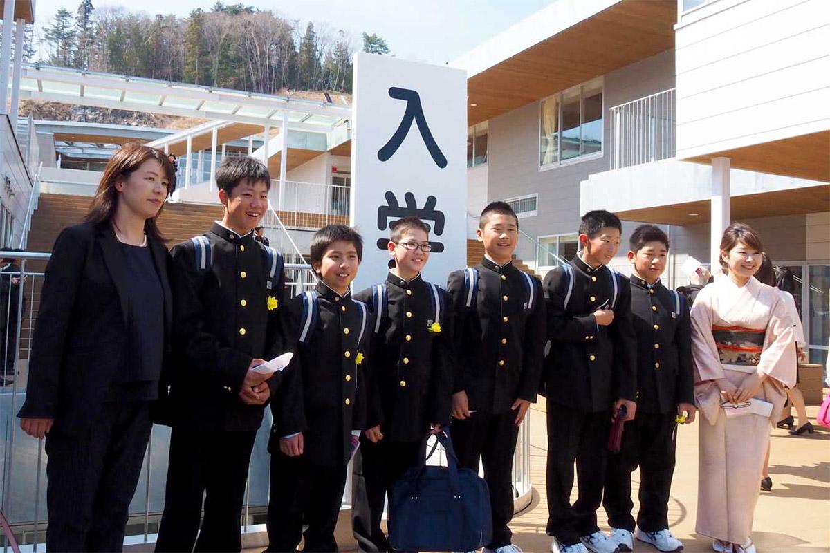 少し大きめの学生服姿で写真に納まる新入生ら=釜石東中の入学式