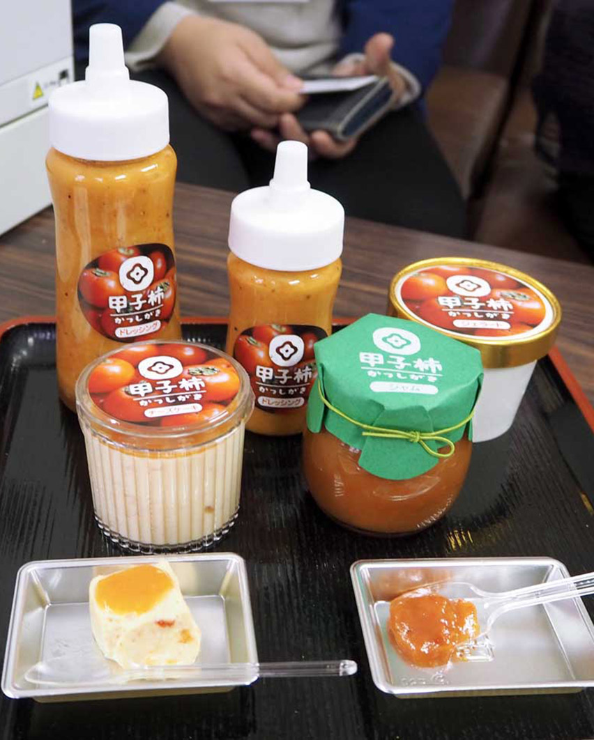新商品の甲子柿レアチーズケーキとジャム(手前左から)