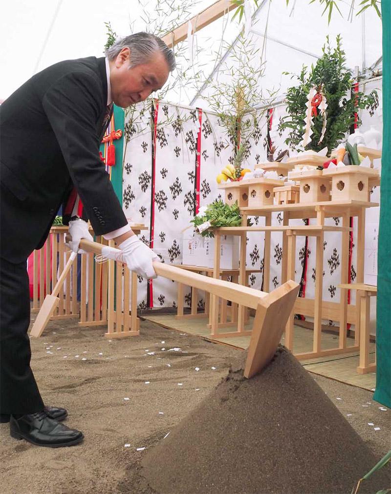 工事の安全を願い、くわ入れする野田武則市長