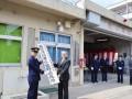 「釜石消防署小佐野出張所」の看板を降納する野田市長、佐藤消防長