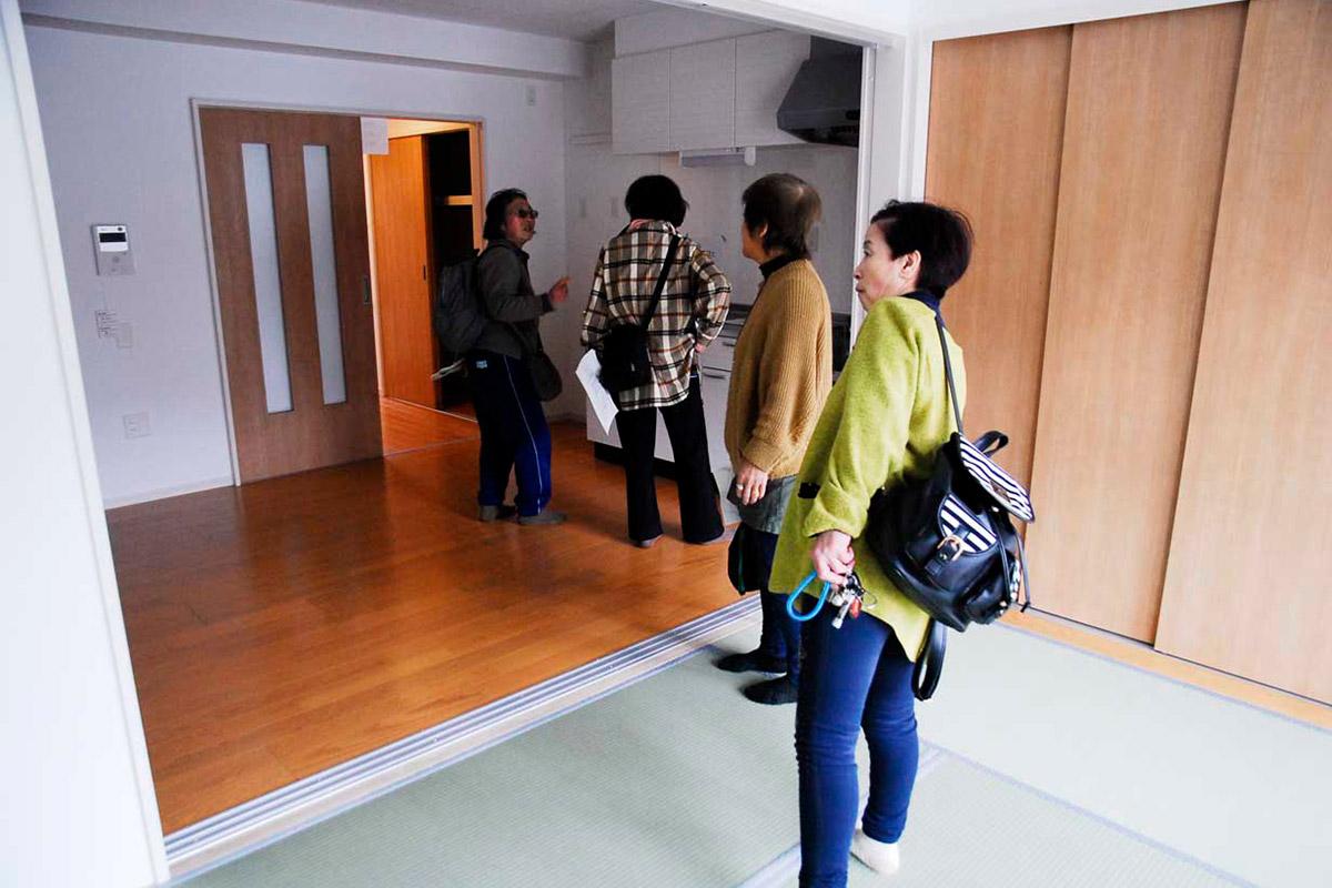 1DKの室内を見学する内覧会の参加者