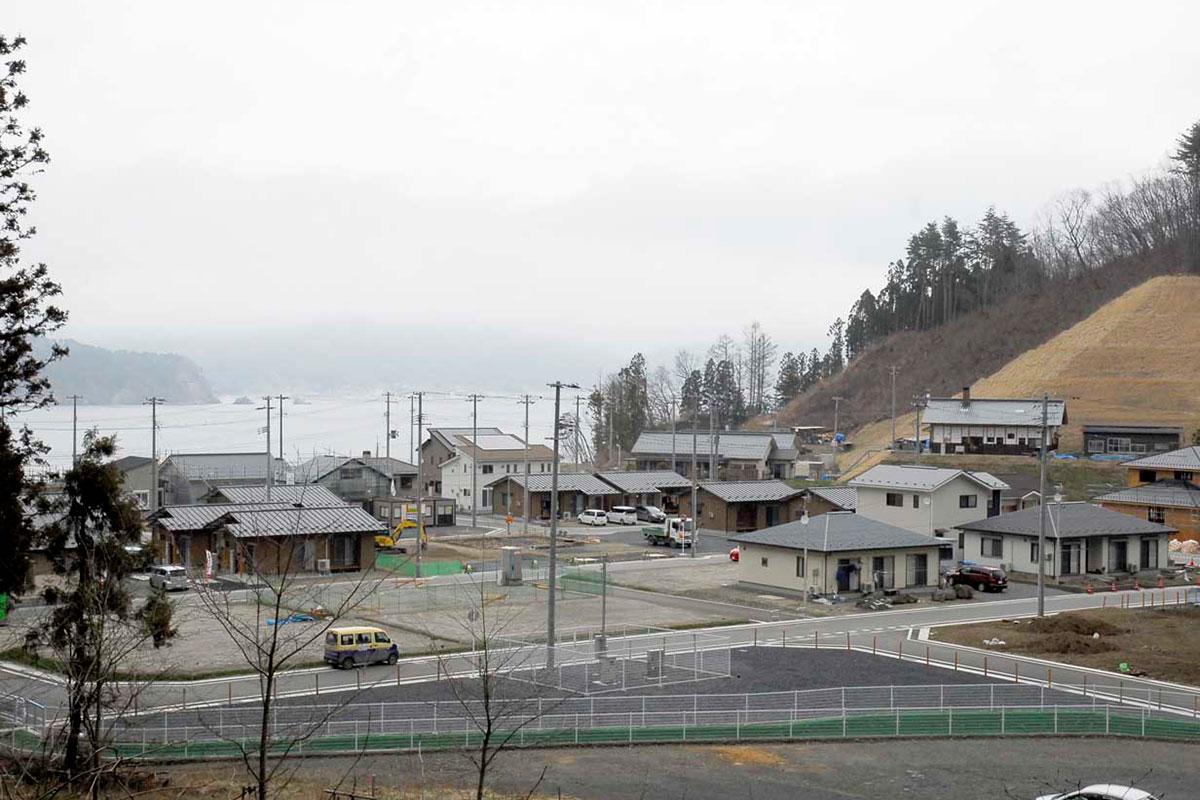 昨年7月に宅地が完成し、住宅の建築が進む高台の「根浜復興団地」