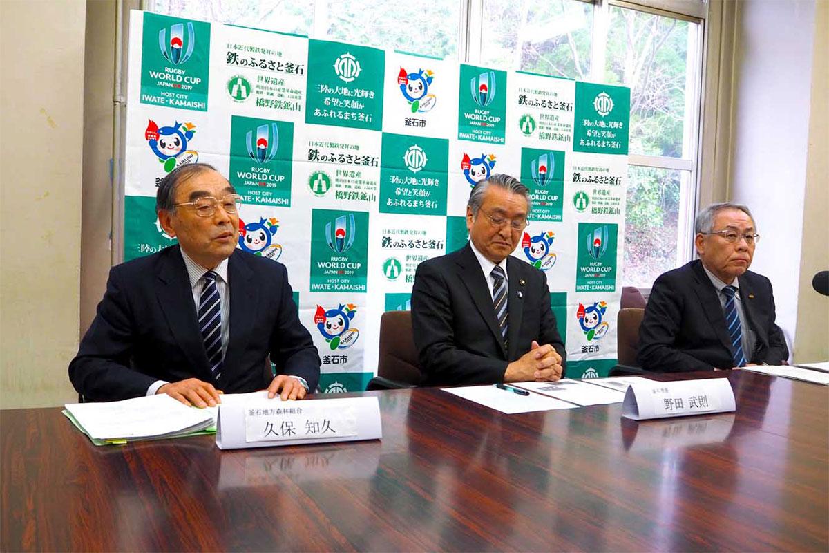 記者会見する(左から)久保組合長、野田市長、中崎会長