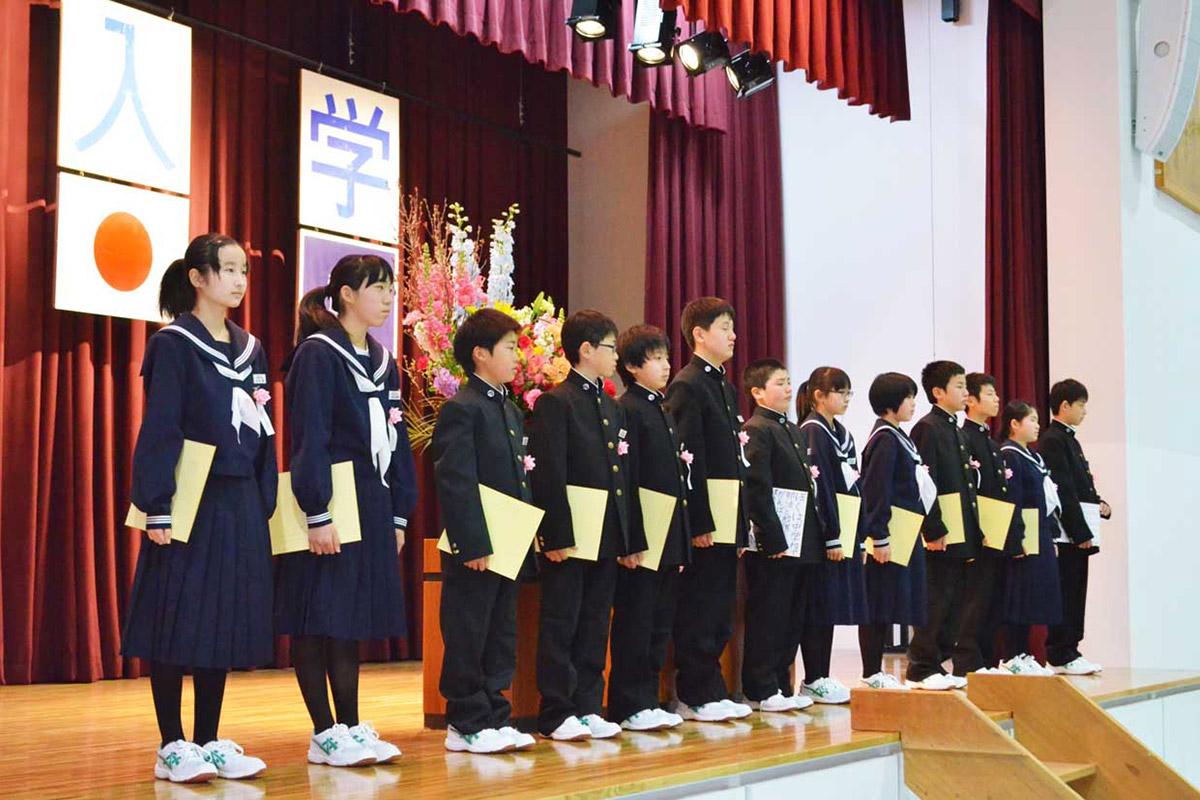 1年生13人が中学校生活の目標や決意を発表した=唐丹中の入学式