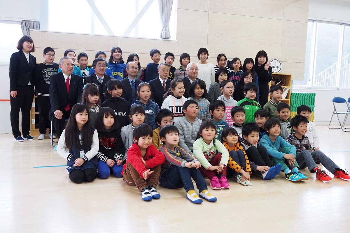 新しい児童館の完成を喜ぶ子どもたち
