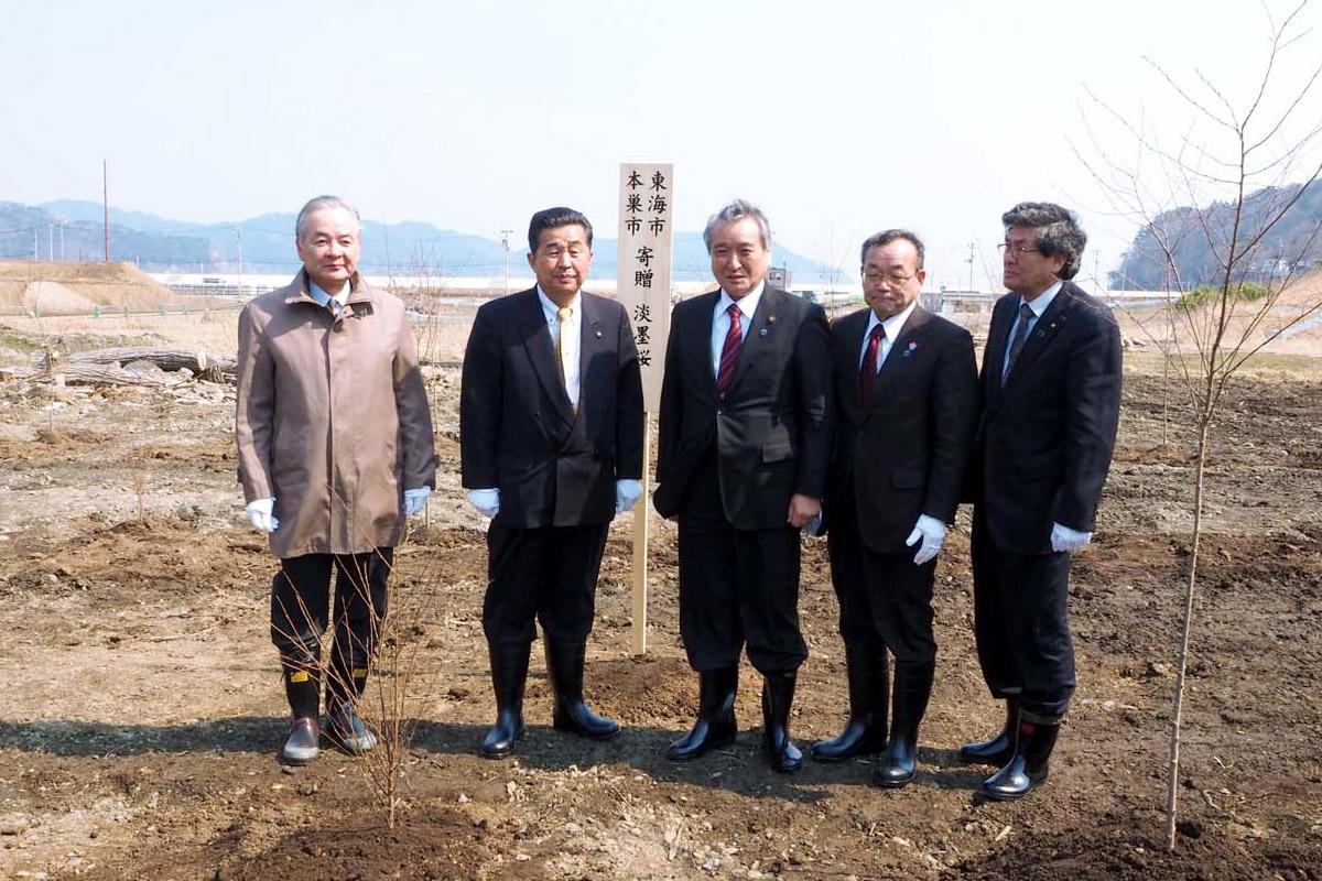 桜の成長と釜石市の復興を重ね合わせ、植樹を終えた3市長ら