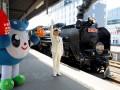 SL銀河の出発合図をする釜石駅の工藤冨士雄駅長。かまリンも元気にお見送り=30日