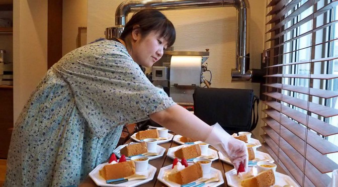 お話し会の参加者に提供するスイーツを盛り付ける山崎鮎子さん
