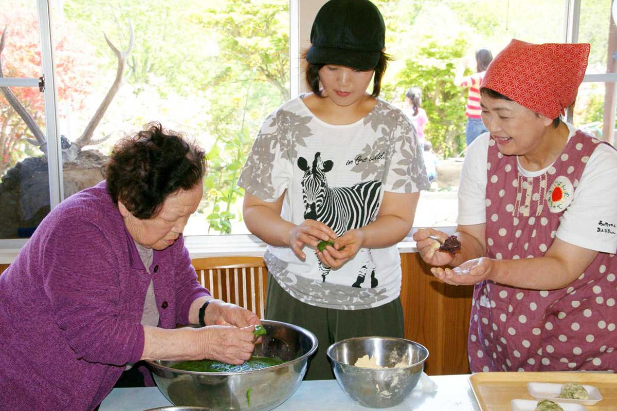あずき餅づくりを手ほどきする菊池安子さん(左)
