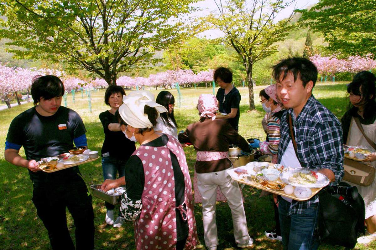 市内外から参加した若者らも心づくしの郷土料理を満喫