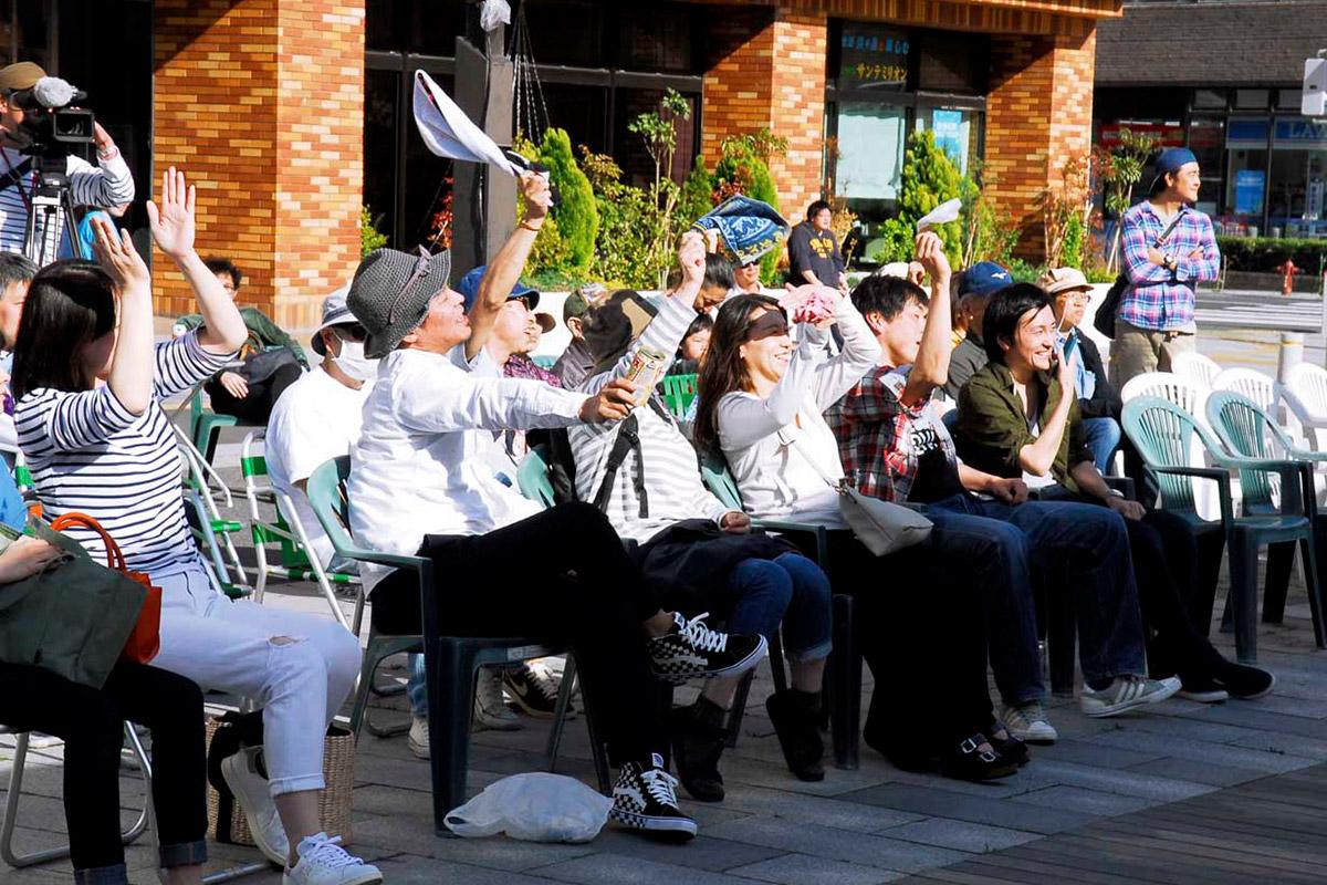 開放感いっぱいの野外ステージに心躍らせ演奏を楽しむ観客