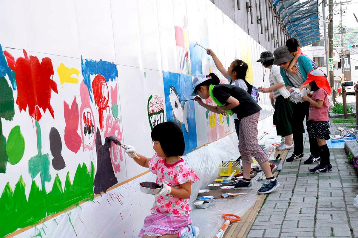 """参加者は市民ホールの完成を待ちわびながら、""""大キャンバス""""にのびのびと好きな絵を描いた"""