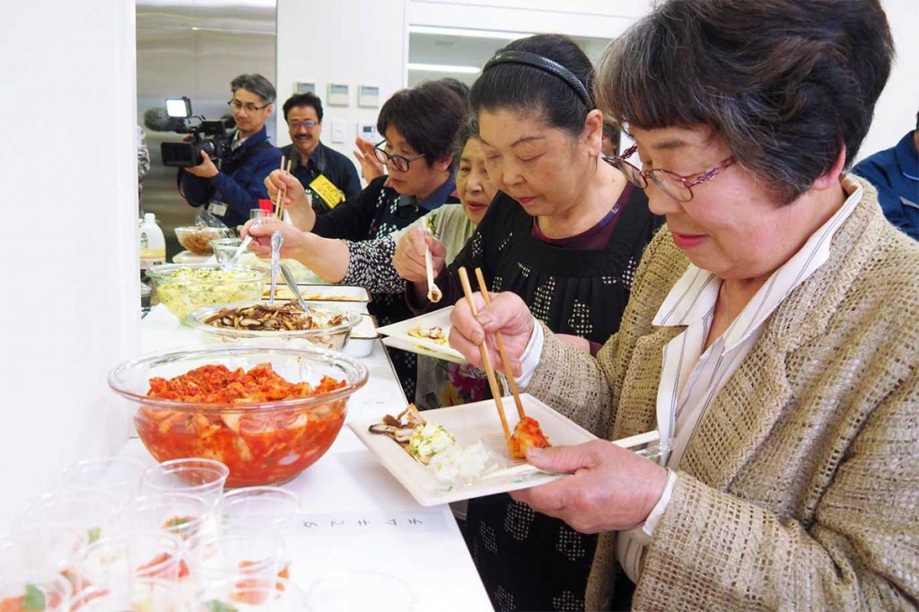 使いなれた食材の普段とは違った調理法の料理が並び、参加者は興味津々