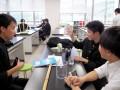 設定した研究テーマの予備実験をする生徒