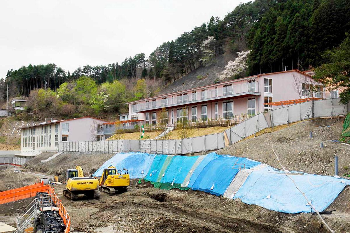 完成した校舎と引き続き工事が進む唐丹小、中の学校敷地