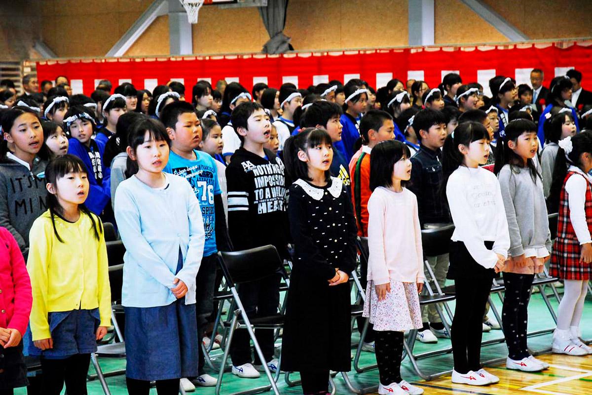 新校舎での生活に期待を膨らませ校歌を斉唱する鵜住居小生