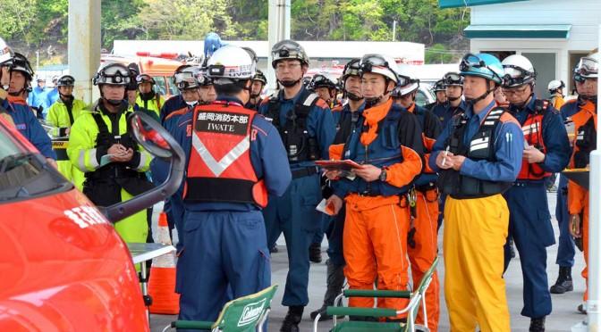 県内11消防本部の精鋭92人が現場入りの打ち合わせ=12日午前11時04分