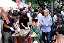 会場はご飯にのせるおかずを買い求める来場者で大にぎわい。釜石の名店が食欲をそそる一品を提供した