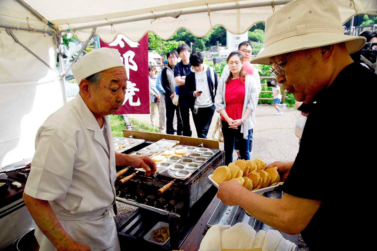古くから釜石市民に愛され続ける「甘太郎」(大判焼き)には順番待ちの列が続いた