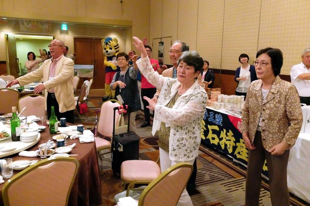 ふるさと釜石を思いながら、「釜石小唄」に合わせて踊る釜石はまゆり会の集い参加者