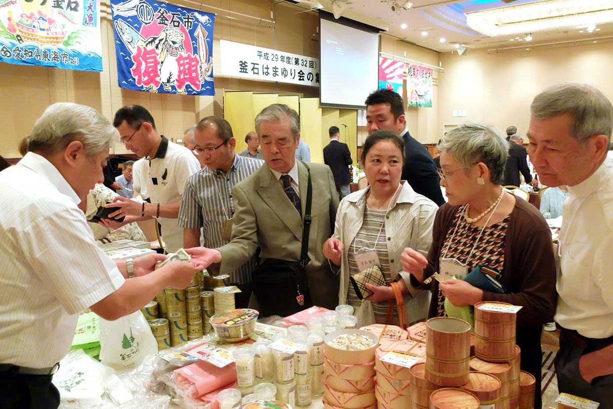 釜石の特産品もたくさん並び、競って買い求める
