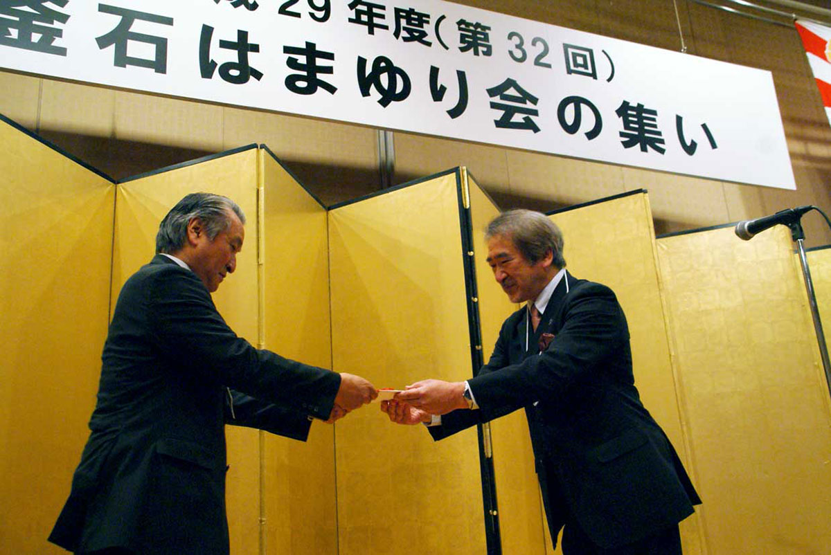 支援金100万円を野田市長に託す石森会長(右)