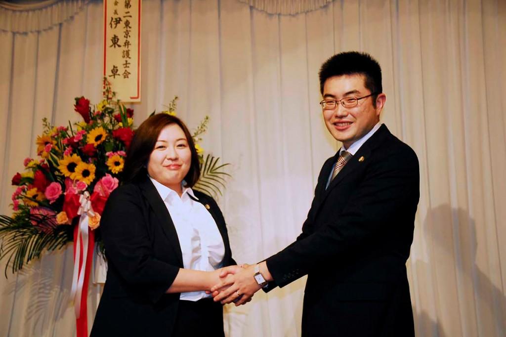釜石ひまわり基金法律事務所の4代目所長に就任した多田創一弁護士と前任の加藤静香弁護士