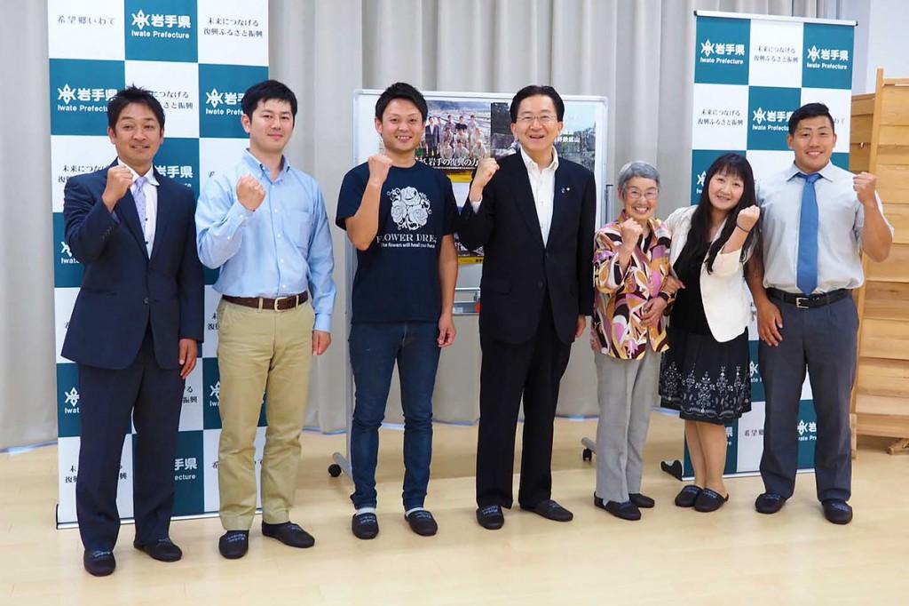 県政懇談会に出席した達増知事(中央)、釜石・大槌地域で活動する若者、女性ら