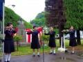 移設された三鬼隆像の前で演奏する釜石中・釜石高生